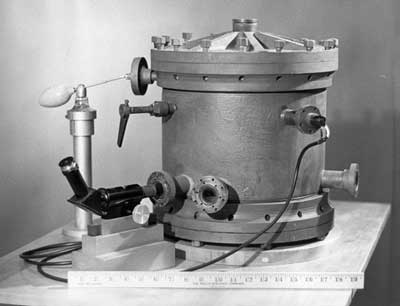 An old photo of an oil drop apparatus.